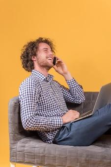 Freelance pojęcie z mężczyzna robi rozmowie telefonicza