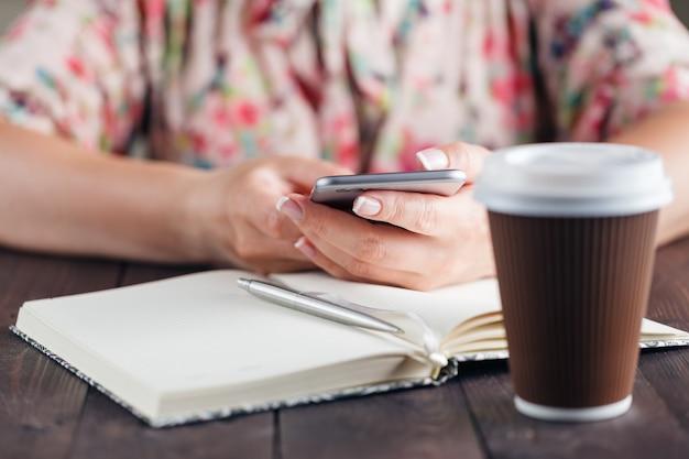 Freelancer kobieta pracuje w domu z telefonem komórkowym