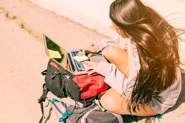 Freelancer kobieta pracuje w podróży