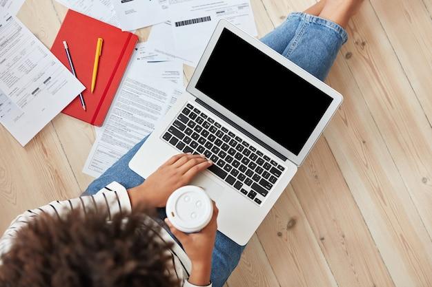Freelancer młoda bizneswoman pracuje w domu