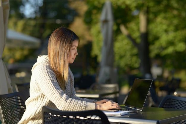 Freelancer pracujący na zewnątrz