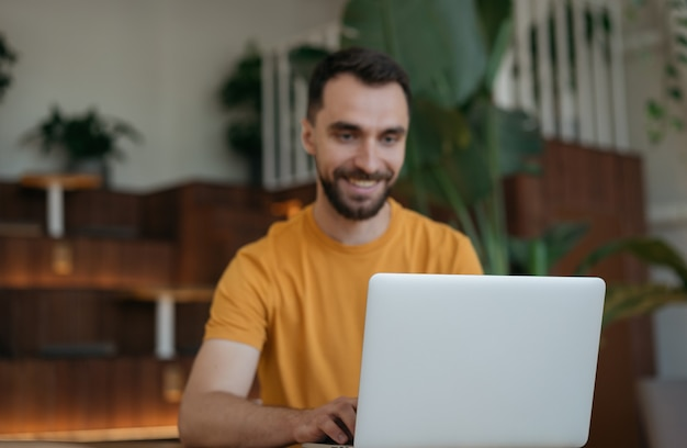 Freelancer pracuje online, pisze, wyszukuje informacje. wizerunek biznesmena za pomocą laptopa, oglądając szkolenia, skupić się na laptopie