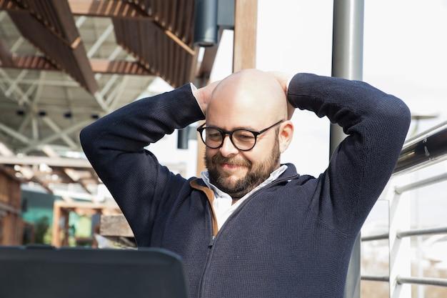 Freelancer treści zadowolony z wyniku pracy