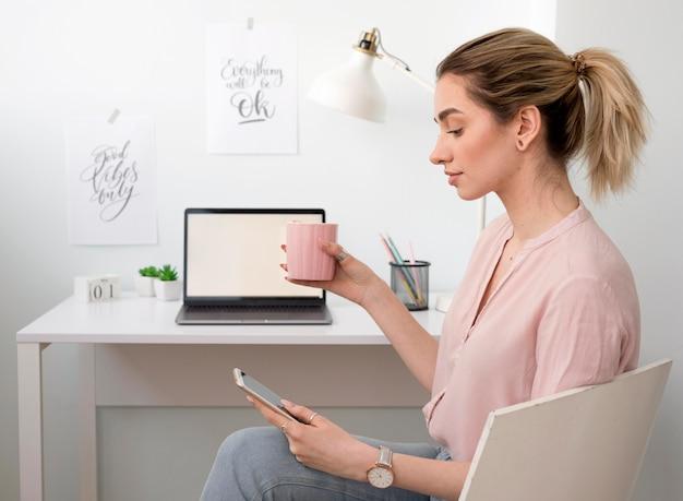 Freelancer zajęty pracą w domu