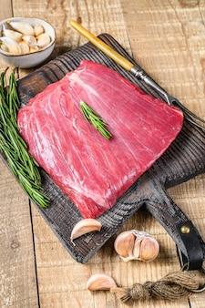 Fresh raw flank lub bavette wołowiny marmurkowy stek mięsny z rozmarynem