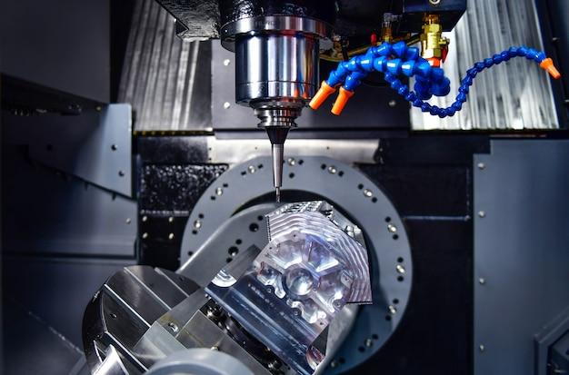 Frezarki cnc z osią do konfiguracji projektu, które wykorzystują stół maszyny z obrotową głowicą i równo z powierzchnią do obróbki metali przemysłowych
