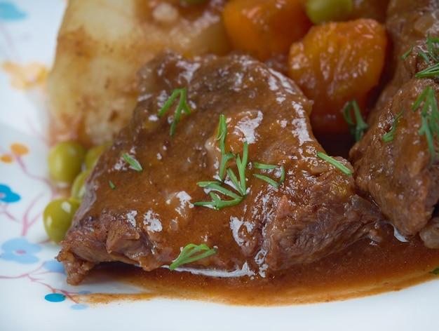 Fricassee z jagnięciny - francuskie mięso pokrojone na małe kawałki, duszone lub smażone