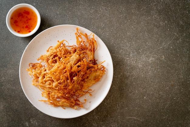 Fried enoki mushroom lub golden needle mushroom - kuchnia wegańska i wegetariańska