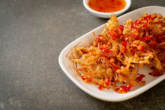 Fried enoki mushroom lub golden needle mushroom z solą i chili - kuchnia wegańska i wegetariańska