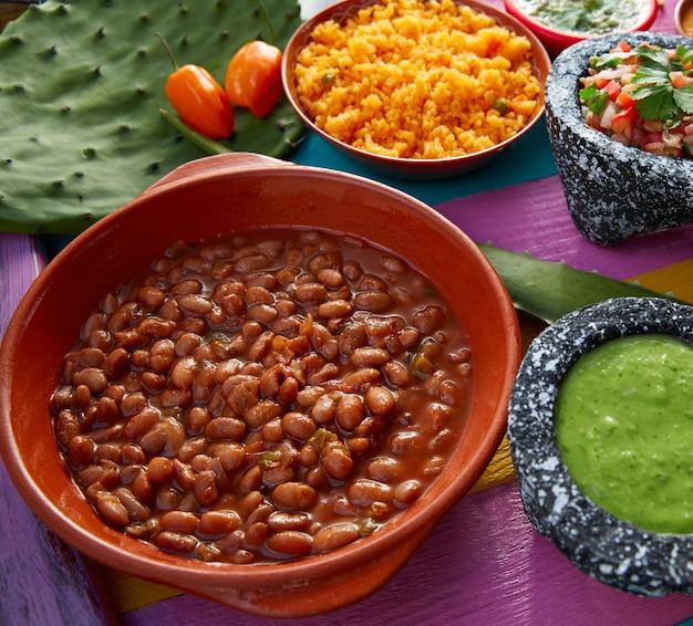 Frijoles fasola meksykańska z ryżem i sosami