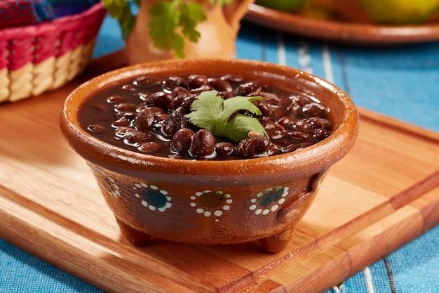 Frijoles negros mexicanos servidos en plato de barro comida mexicana