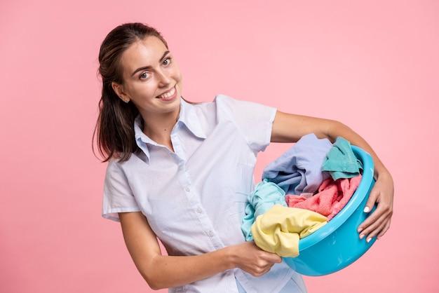 Frontowa widok kobieta trzyma pralnianego basen
