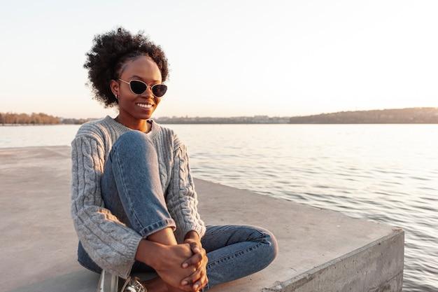 Frontowego widoku afrykańska kobieta pozuje outside