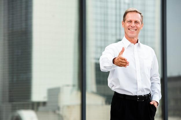 Frontowego widoku biznesmen trzyma jego rękę out