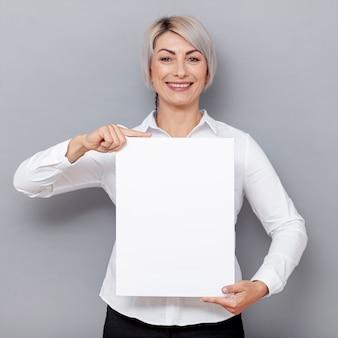 Frontowego widoku biznesowa kobieta przy biurem