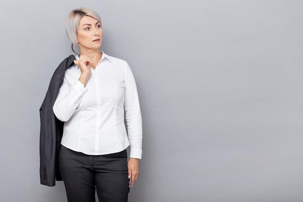 Frontowego widoku biznesowa kobieta z przestrzenią