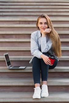 Frontowego widoku blondynki kobieta patrzeje fotografa