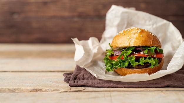 Frontowego widoku hamburger z drewnianym tłem