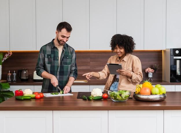 Frontowego widoku kobieta patrzeje mężczyzna kucharstwo