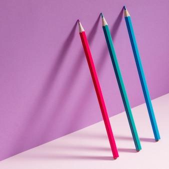 Frontowego widoku kolorowi ołówki na stole