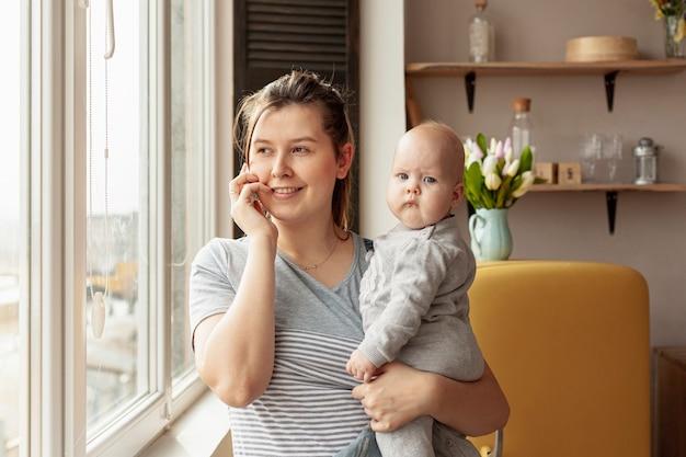 Frontowego widoku matka z dzieckiem w domu