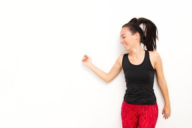 Frontowego widoku młoda kobieta w sportwear z przestrzenią