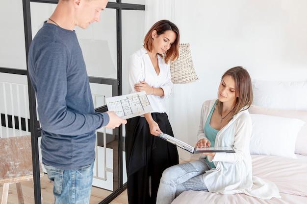 Frontowego widoku para patrzeje przez domowych projektów