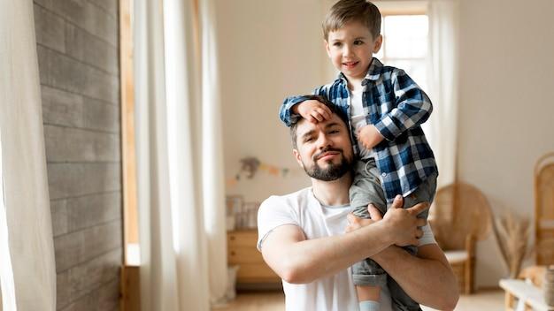 Frontowego widoku portret szczęśliwy ojciec i syn