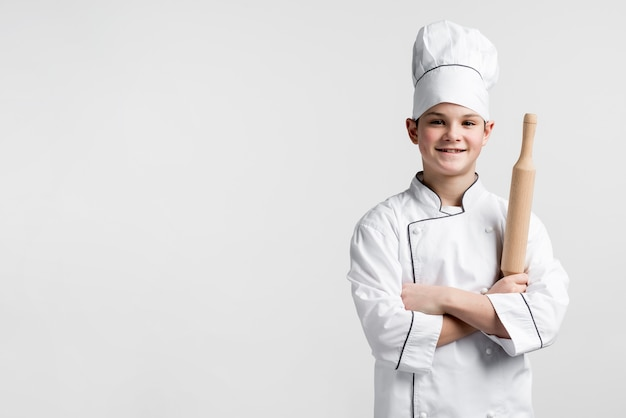 Frontowego widoku przystojny młody szef kuchni z kopii przestrzenią