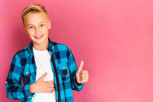 Frontowego widoku smiley chłopiec pokazuje ok znaka