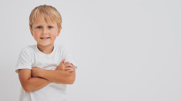 Frontowego widoku smiley chłopiec z kopii przestrzenią