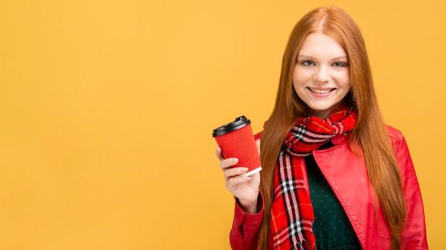 Frontowego widoku smiley kobieta trzyma filiżankę