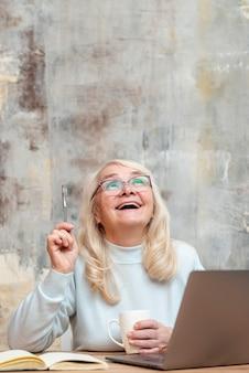 Frontowego widoku smiley kobieta w domu