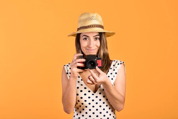 Frontowego widoku smiley kobieta z kamerą