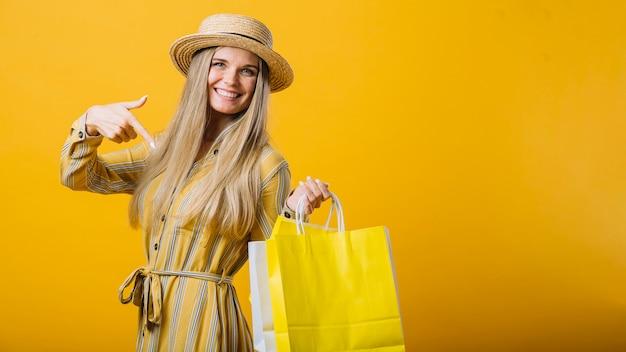 Frontowego widoku smiley młoda kobieta z kapeluszem