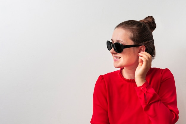 Frontowego widoku smiley młoda kobieta z szkłami