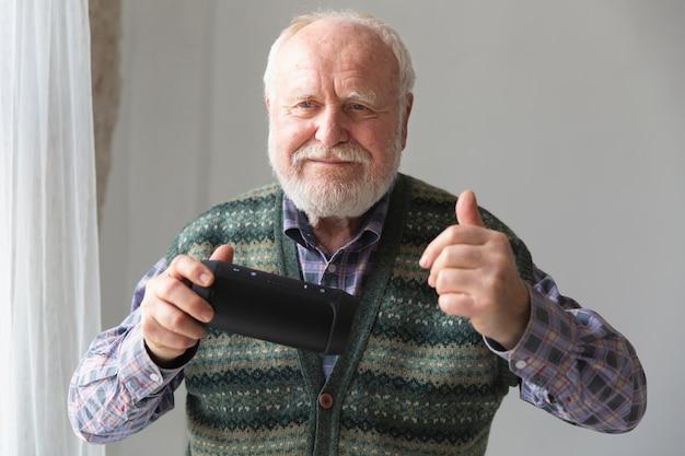 Frontowego widoku smiley senior z telefonem