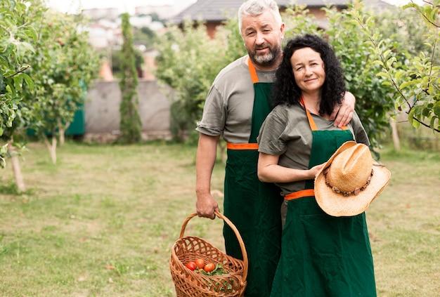 Frontowego widoku starsza para w ogródzie