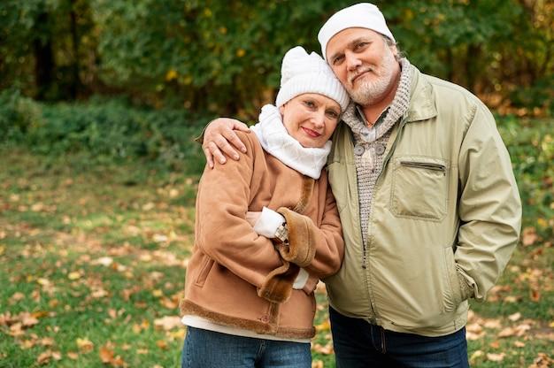 Frontowego widoku starszej pary plenerowy przytulenie