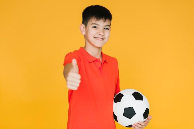 Frontowego widoku szczęśliwa chłopiec robi ok znakowi