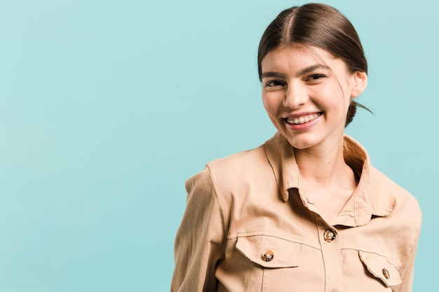 Frontowego widoku szczęśliwa kobieta w studiu