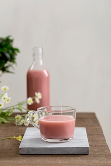 Frontowego widoku truskawkowy smoothie na stole