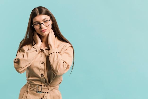 Frontowego widoku ufna kobieta w studiu