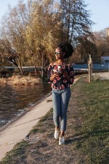 Frontowego widoku urocza afrykańska kobieta patrzeje daleko od