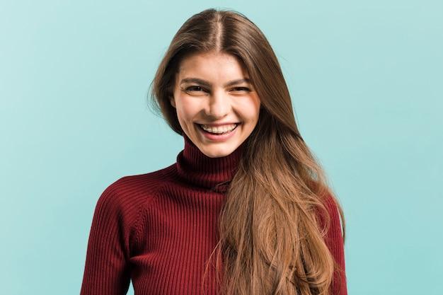 Frontowego widoku uśmiechnięta kobieta w studiu