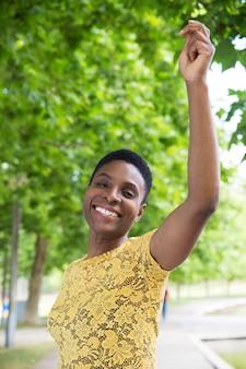 Frontowy widok atrakcyjna amerykanin afrykańskiego pochodzenia kobieta patrzeje kamerę