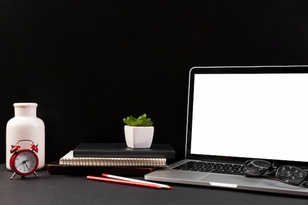 Frontowy widok biurka ciemny pojęcie z kopii przestrzenią