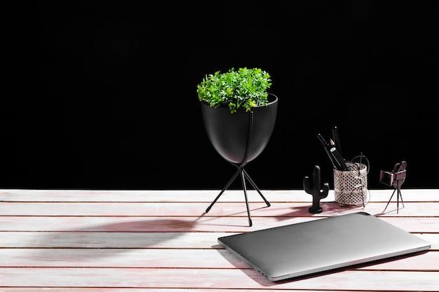 Frontowy widok biurka pojęcie na drewnianym stole