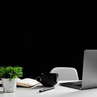 Frontowy widok biurka pojęcie z kopii przestrzenią