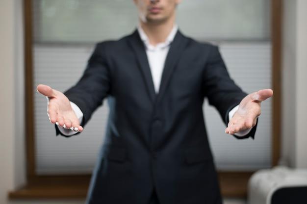 Frontowy widok biznesmen z rękami otwiera